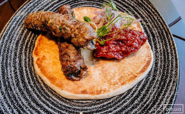 Люля-кебаб из баранины с питой и маринованным луком